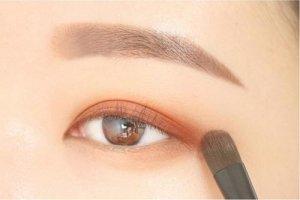 棕色眼影的化妆步骤 假睫毛的使用方法