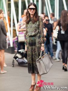 印花中筒连衣裙穿出复古风 现代时尚搭配