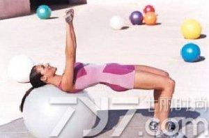 在家塑身减肥怎么练?瑜伽球瘦肚子动作揭秘!