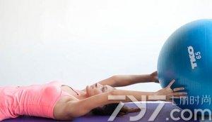 春天不减肥夏季徒伤悲 局部瘦身巧用瑜伽球吧!