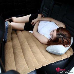 情侣开车自驾游,别傻傻的只带充气床垫了,现在流行这几样车品