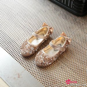 终于等到春暖花开,待女儿穿上梦幻公主鞋,便圆了公主梦