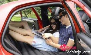 带老婆自驾游不仅要有情趣,舒适更重要,老司机都在车内放充气床