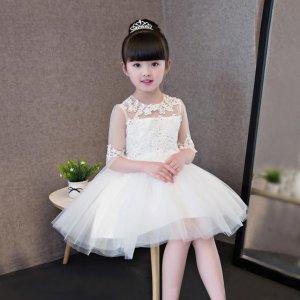 给女儿头戴皇冠身穿网纱连衣裙,变身优雅小公主,甜美梦幻惹人爱