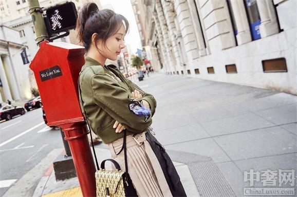 著名演员杨紫携Valextra  现身美国街头