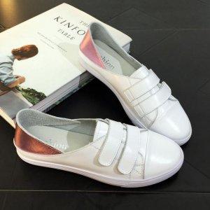 注入了新鲜元素的夏季小白鞋,充满青春活力,为它脱掉高跟鞋吧~