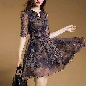 女人味不是说说而已,五一穿雪纺印花连衣裙,人比景更娇