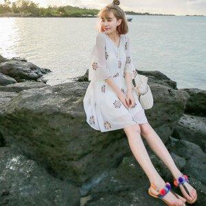 一件沙滩风美裙,加上一顶小草帽,你就是海边最美的一道风景线