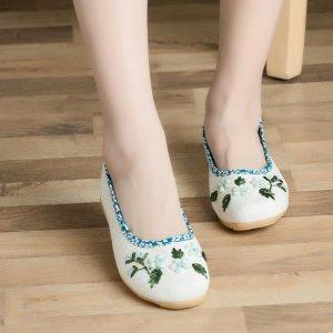 新款老北京民族风绣花鞋,演绎浓浓的复古味道,更显东方女性韵味