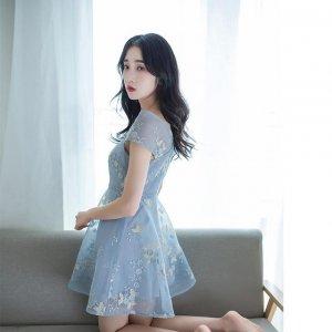 奔三奔四的女人不知道穿什么连衣裙?穿小清印花连衣裙最时尚迷人