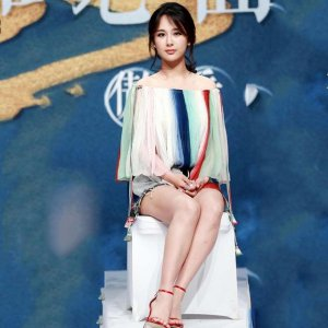 杨紫刘亦菲同穿彩虹条纹一字肩,一个俏皮少女,一个却冷艳霸气
