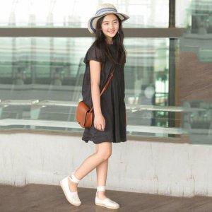 多妈微博晒11岁女儿写真,却不小心火了多多身上的黑裙,太美了