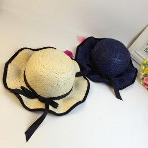 出游和女儿戴上同款亲子草帽,走哪都是一道甜美的度假风景线