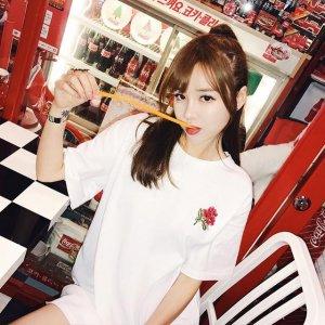 """很复古的一件""""心机T―玫瑰花T恤"""",简约又百搭,你喜欢吗?"""