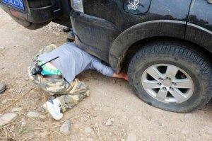 轮胎塞进石头到底抠不抠?聪明车主都这样做,看完你就知道处理了