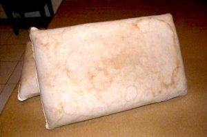 睡过半年的枕头发黄有异味!用这些小窍门,解决泛黄恢复洁白