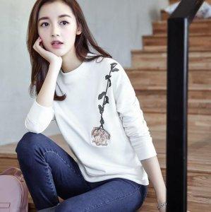 一袭纯色印花长袖T恤,远离世间纷争,做安静纯洁的女子