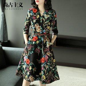 小姨穿最新款印花连衣裙上班,引得一路惊羡目光相随,赚够虚荣心