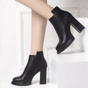 秋天大衣风衣多,配上一双靴子,那简直是完美,时尚女人都这么穿