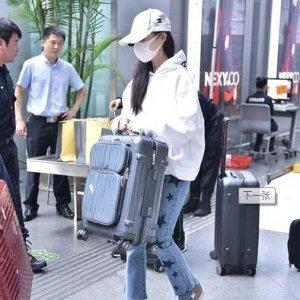 李小璐现身机场,不料身上的白色卫衣亮了,网友:又成爆款了
