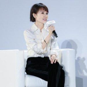 袁泉发布会现场,打扮得特时髦,身上的衬衫真心好看