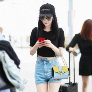 杨幂现身机场,不料身上的小方包亮了,网友:穿搭一体,完美
