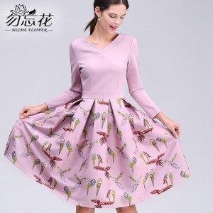 给现代造型注入了一丝怀旧感的秋装连衣裙,再冷的时候加件小外套