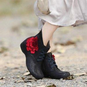 复古色调的花朵真皮短靴,花朵配女人,美丽天成
