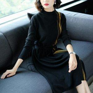 30出头40不到的女人最有魅力,穿这样的毛衣裙优雅大方又迷人