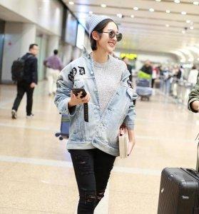 唐艺昕机场搭配潮味十足 手机与张若昀报平安