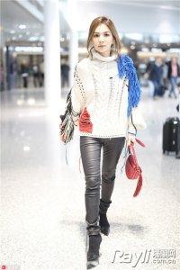 Ella女人味十足  机场流苏毛衣很是抢眼