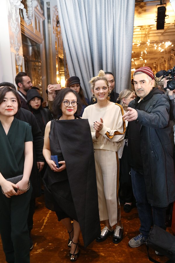 奥斯卡最佳女主玛丽昂-歌迪亚为中国品牌艾莱依巴黎时装秀站台