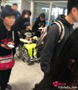 李宇春坐轮椅现身机场   赴成都准备演唱会网友大呼敬业