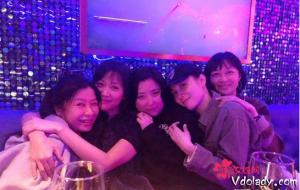 徐静蕾微博晒与宋佳合照  网友:走出半生,归来仍是少年