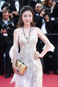 宝姐亮相戛纳电影节,携BOJEM珠宝新品惊艳红毯