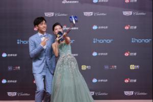 明星大咖齐聚2018微博电影之夜 自拍美照全靠荣耀月光棒