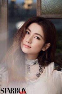 Selina任家萱佩戴铂金首饰拍摄时尚大片 自信眼神展现迷人魅力