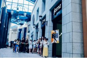 JOMA x 李冰冰合作鞋款京沪发售,引发排队热潮
