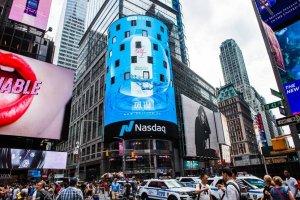 ��琳补水保湿喷雾登录美国纽约时代广场纳斯达克大屏