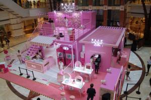 博士伦蕾丝彩片品牌快闪店亮相上海 掀起浪漫粉色风潮